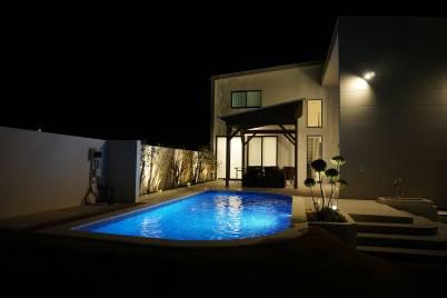 夜間ライトアップされたプール
